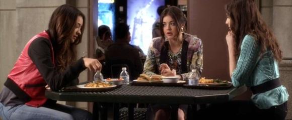 Τρεις κοπέλες τρώνε και συζητούν.