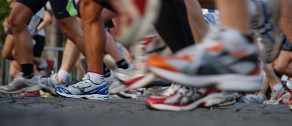 Πόδια με αθλητικά παπούτσια.