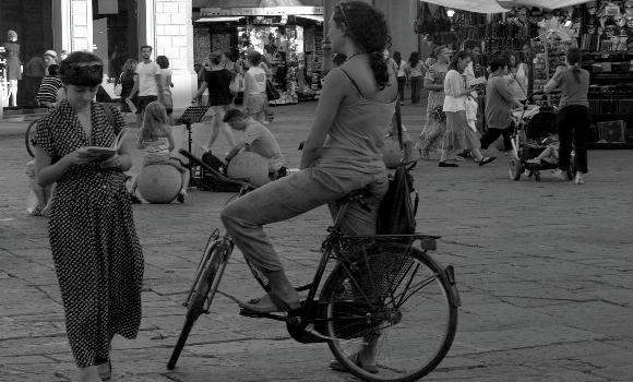 Κοπέλα σε πλατεία με κόσμο