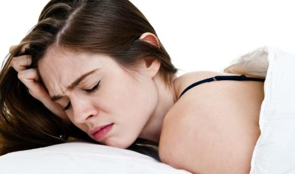 Κοπέλα, δυσκολεύεται να κοιμηθεί.