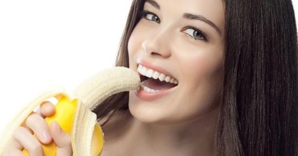 Κοπέλα τρώει μπανάνα