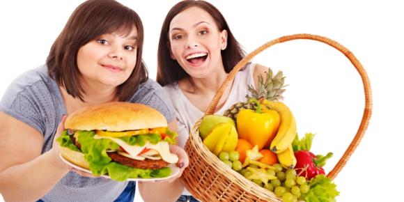 Κορίτσια με καλάθι φρούτα και τεράστιο σάντουιτς