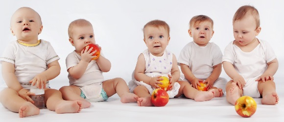 Μωρά. Τρώνε μήλα.