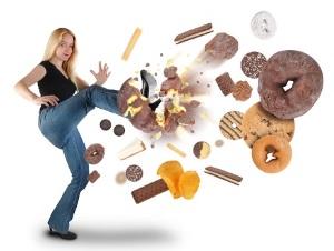 Γυναίκα κλωτσάει γλυκίσματα.