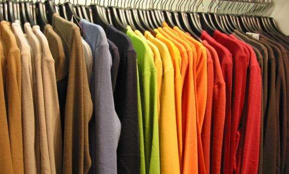 Ρούχα σε κρεμάστρες