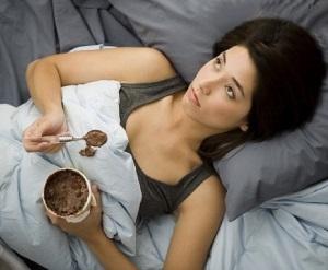 Κοπέλα ξαπλωμένη, τρώει γλυκό.