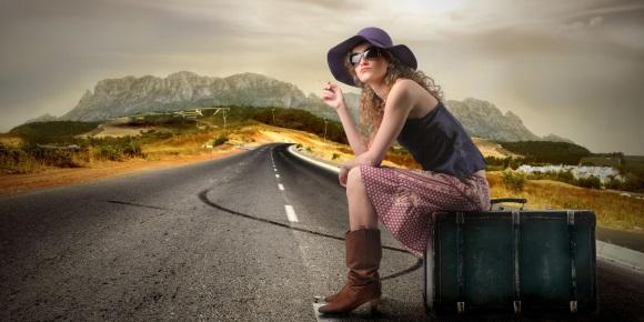 Κοπέλα με βαλίτσα στον δρόμο